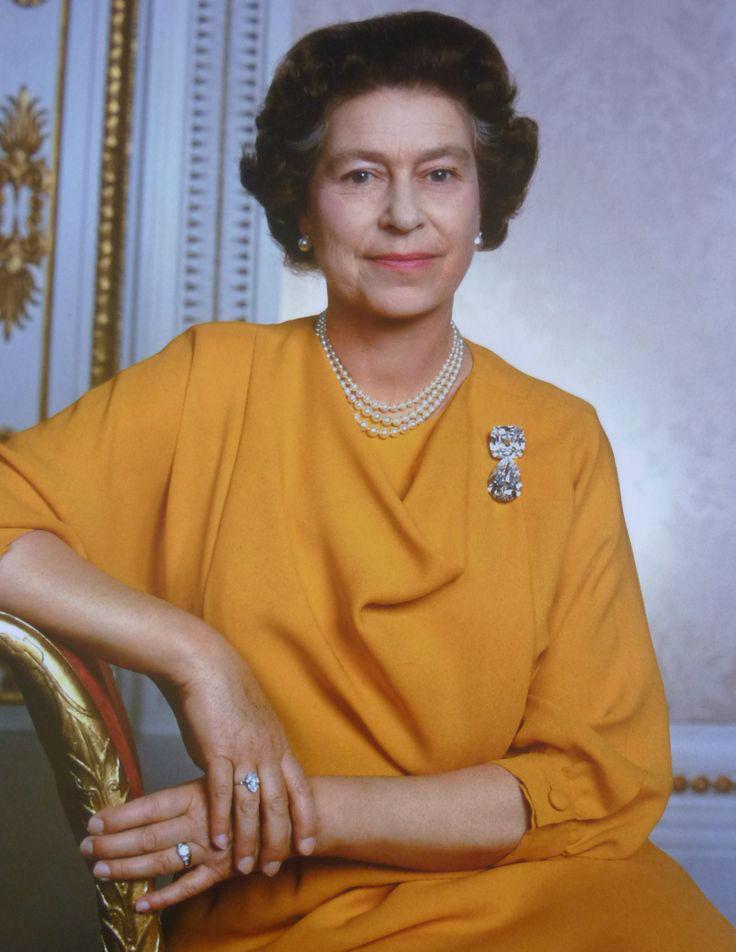 Елизавета II с кольцом с бриллиантом Куллинан IX