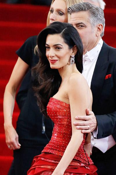 Амаль-Клуни-в-Lorraine-Schwartz