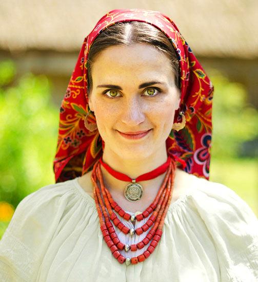 Украинская девушка в коралловом ожерелье и дукачи - etno-vyshyvanka.kiev.ua