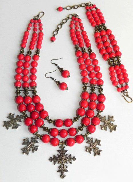 Коралловое-ожерелье-с гуцульскими крестами - pinterest.com