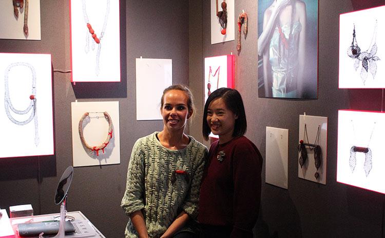 Ксения Вохменцева с дизайнером Wong-wing-han на фоне своего стенда (Sieraad-2016)